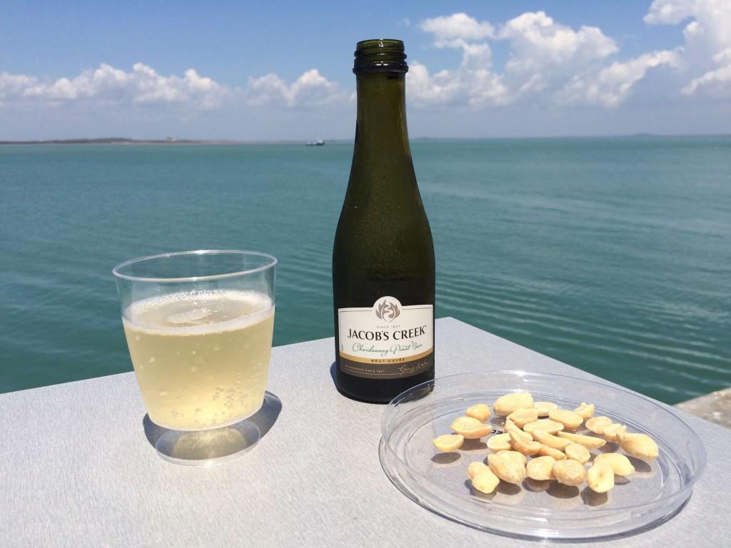 Meinen Start in Australien feierte ich mit einem Gläschen Sekt und Macadamia.